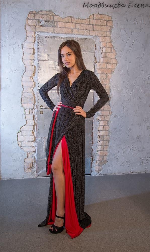 Черное платье с красным подкладом