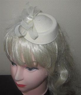 белая маленькая шляпка для девочки
