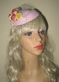 Розовая вуалетка с белой вуалью и цветами Пинки