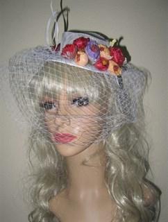 Плетеная шляпка цилиндр с вуалью и красными цветами
