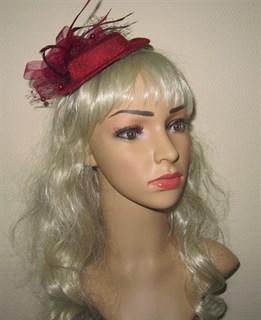 Плетеная шляпка с бантом и перьями цвета морсала