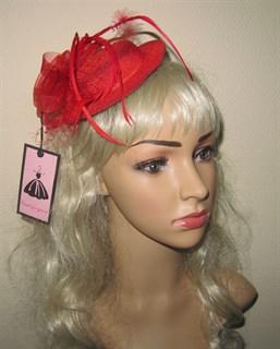 Красная плетеная шляпка с бантом и перьями.