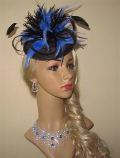 Черная шляпка Сандра с голубыми перьями