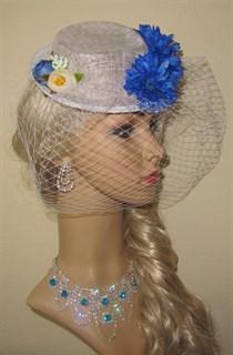 Белый плетеный цилиндр с вуалью и синими цветами