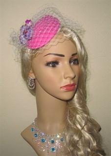 Ярко-розовая шляпка с вуалью и цветами Белла