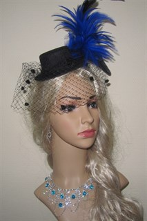 Черная цилиндр с шикарными синими перьями и вуалью