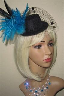 Черный цилиндр с вуалью и голубыми перьями