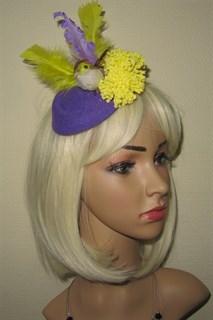 Фиолетовая шляпка с желтыми цветами и птичкой