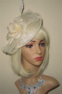 Молочная элегантная шляпа с цветком и пером
