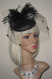 Черная вуалетка Сандра с вуалью и черными перьями