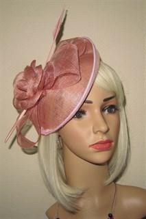 Пудровая элегантная шляпа с цветком и пером