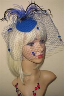 Синяя вуалетка с брошью и перьями