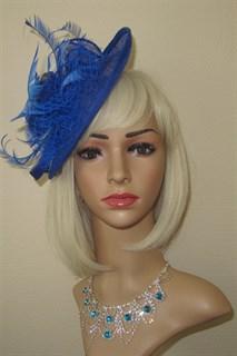 Плетеная шляпка с перьями на заколке Рейчел. Ярко-синяя