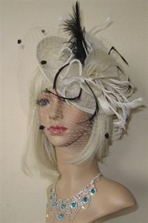 Шляпка Рейчел с вуалью. Молочная с черными перьями