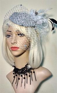 Серебристая шляпка с вуалью