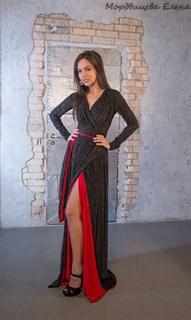 Черное бархатное платье в пол с красной подкладкой