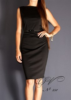 Маленькое черное платье без рукавов с камешками на талии. 251