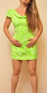 Неоновое мини платье с декольте и воротничком