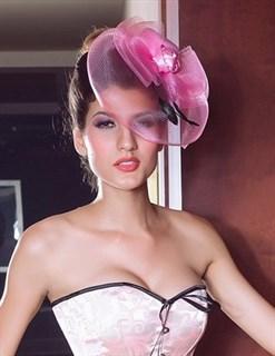 Розовая шляпка с плотной вуалью