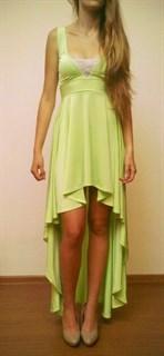 Салатовое платье спереди короткое, сзади длинное. 257