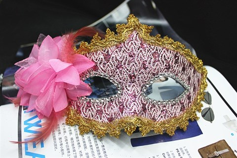 Розовая новогодняя маска с пайетками и блестками