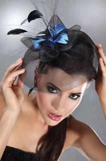 Вуалетка с плотной вуалью и голубыми перьями