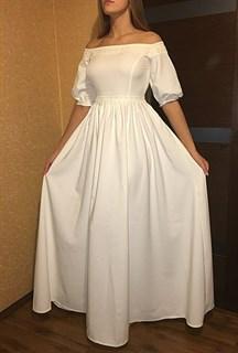 Белое платье с открытыми плечами и кружевом