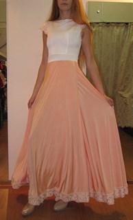 Платье в пол с персиковой юбкой и кружевом