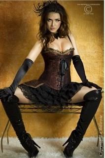 Малиновый корсет с пышной юбкой для костюма мушкетера