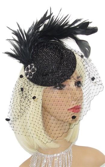 Блестящая черная шляпка Жанет с шикарными перьями и брошью - фото 15484