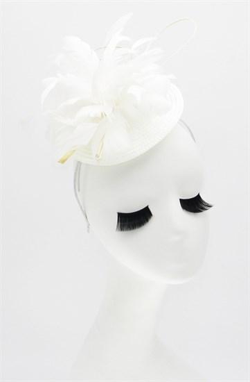 Шляпка таблетка из соломки с цветком из перьев. Белая - фото 16641