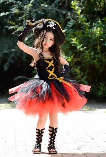 Черное пышное платье маленькой пиратки со шляпой