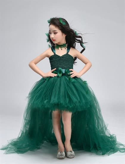Темно-зеленое пышное платье из фатина со шлейфом