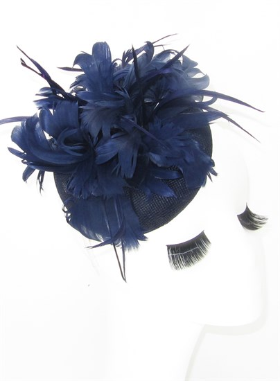 Темно-синяя шляпка с большим перьевым цветком. Беатрис - фото 19486
