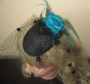 Черная вуалетка с розочками и голубым цветком