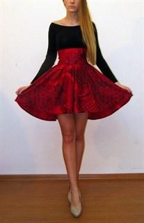 Платье с открытыми плечами  и широким поясом
