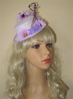 Фиолетовая шляпка цилиндр с цветами Флора