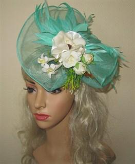 Бирюзовая плетеная шляпка Лора с букетом цветов