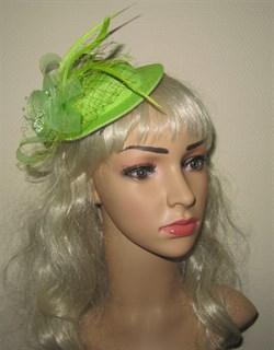 Салатовая плетеная шляпка с бантом и перьями.