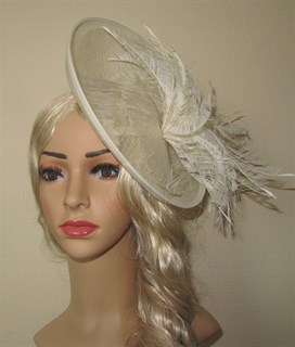 Большая плетеная шляпка с перьями Оливия. Айвори