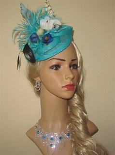 Шляпка Сандра бирюзовая с цветами и перьями