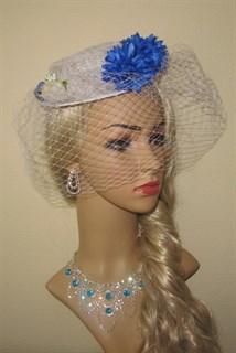 Белый плетеный цилиндр с вуалью и синими цветами - фото 11363