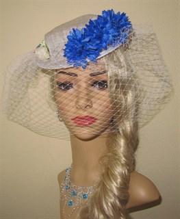 Белый плетеный цилиндр с вуалью и синими цветами - фото 11364