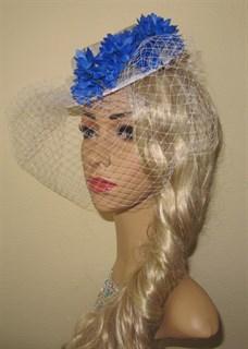 Белый плетеный цилиндр с вуалью и синими цветами - фото 11365