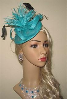 Бирюзовая шляпка-таблетка с перьями Сандра