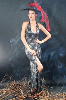 Сексапильная колдунья в черном платье в пол с разрезом - фото 12060