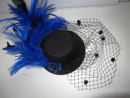 Черная цилиндр с шикарными синими перьями и вуалью - фото 12421