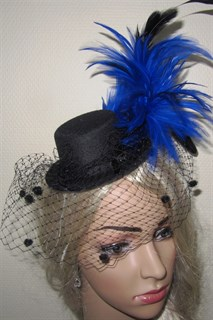 Черная цилиндр с шикарными синими перьями и вуалью - фото 12423
