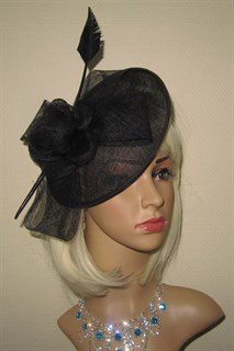 Черная элегантная шляпа с цветком и пером