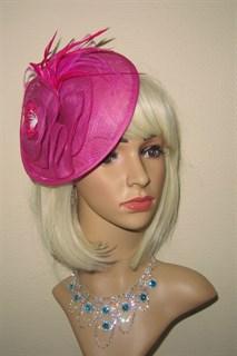 Плетеная шляпка с перьями на заколке Рейчел. Ярко-розовая